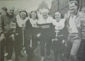 Vin McMullen (centre) with Julian Filochowski (left) and others at the first Liverpool Fun Run in 1984